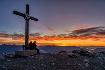 Begegnung unter dem Kreuz
